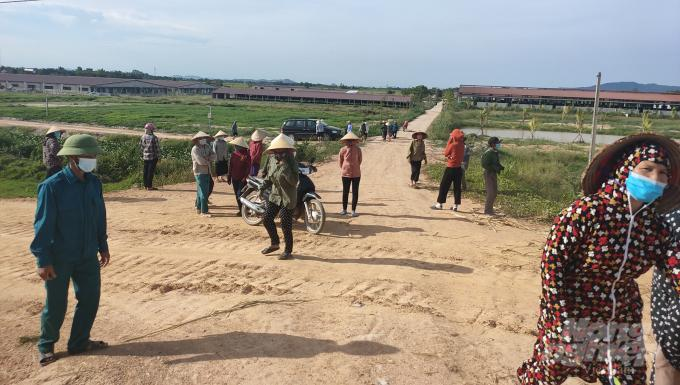 Người dân kéo đến bao vây trang trại lợn Khánh Giang mấy ngày nay. Họ kêu gào chính quyền và lãnh đạo Công ty này phải di dời đàn lợn. Ảnh: Tiến Phương.
